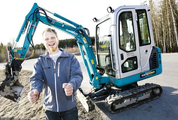HIDASTA Jukka Mutanen viettää kaivurin kopissa noin 200 tuntia.