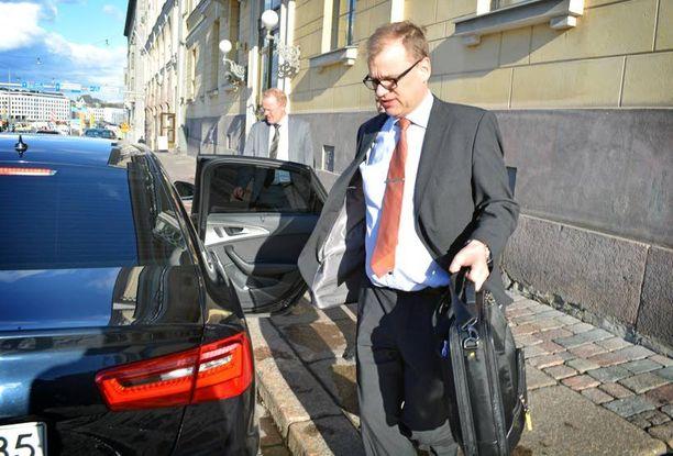 Juha Sipilä poistui Smolnasta viimeisenä puheenjohtajana helatorstaina kello 18.50. Illan hän sanoi keskittyvänsä Suomen jääkiekko-otteluun.